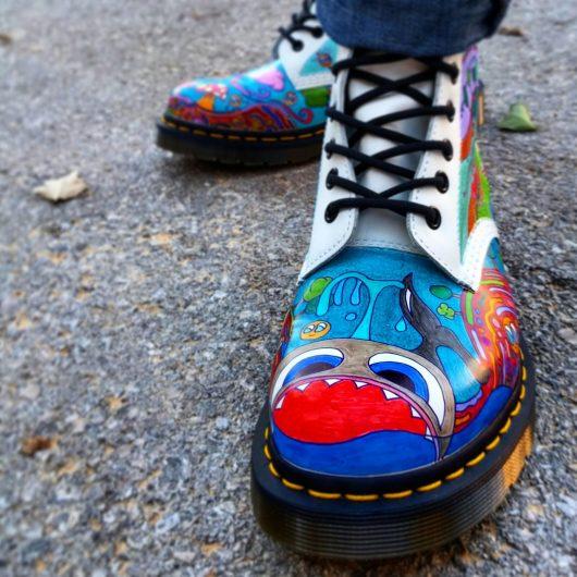 """""""אני מאוהבת בקסם שהצבע מייצר"""". זוג נעליים שאיירה פרנקל"""