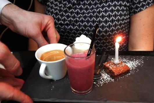 """היום השלישי: השעה 16:30 בצהריים ואנחנו בעיצומה של ארוחת יומולדת מקסימה במקום הנקרא Le Dôme du Marais (כיפת המארה). בחלל המרכזי של המקום נערכו בעבר קרבות של חיות טרף. הצוות היה נחמד ביותר, והם אפילו טרחו להביא לגלית נר לכבוד היומולדת. לצד האספרסו הוגשו בראוני, מוס בטעם שוקולד וקפה ומיץ פירות יער על צפחת שחורה (בישראל כבר ירדו מהטרנד הזה). על אף שגלית חשבה שמיץ פירות היער היה חמצמץ מעט, כפית אחת מהמוס (שלא רואים בתמונה לצערנו) הספיקה לה כדי להגדיר אותו """"טעם גן עדן"""". מחיר: 8 יורו"""