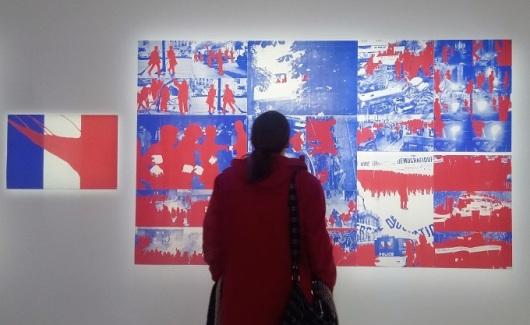 אישה מתבוננת בפרשנות של פרומנגר לדגל צרפת, מרכז פומפידו