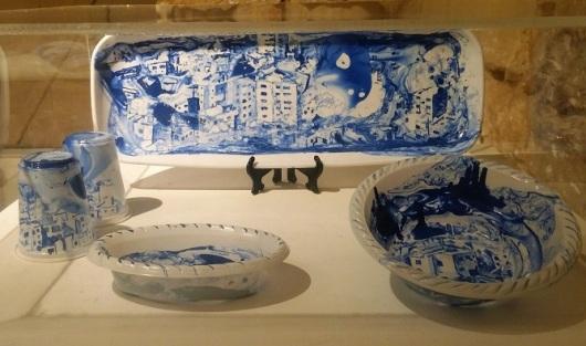 על מגש הפלסטיק החד פעמי ניתנה לנו התערוכה הכחולה הזו