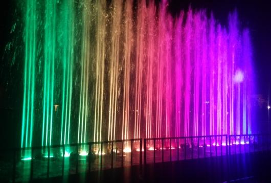 המזרקה הצבעונית ליד שער יפו. הייתה גם מוזיקה, ממש כמו בפלאסה קטלוניה בברצלונה (נוט)