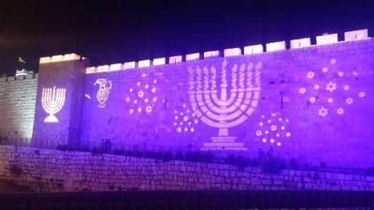 חוגגים חנוכה על חומות העיר העתיקה, סמוך לשער יפו