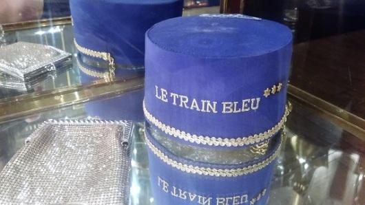 מי שרוצה לרכוש העתק מכובעו של הכרטיסן, מוזמן להתחיל לספור את שטרות היורו