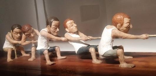 פרט מתוך 'משיכת חבל', שירה זלוור, 2009. עבודה שהייתי רוצה לשים אצלי בסלון (מה שלא רואים בתמונה זה את החמישייה מהצד השני של החבל)