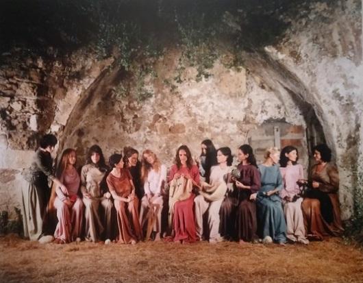 סורגות גורל, מאשה רובין, 2009. זווית מרעננת לסעודה האחרונה של ישו, שבדרך כלל כוללת רוב גברי אם לא מורכבת מגברים בלבד