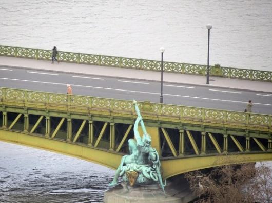 אחד הגשרים על נהר הסן, שנשקפים מהכדור הפורח