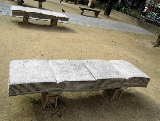 ספסל ספרותי בגן ציבורי קטנטן סמוך למוזיאון הלובר שבפריז