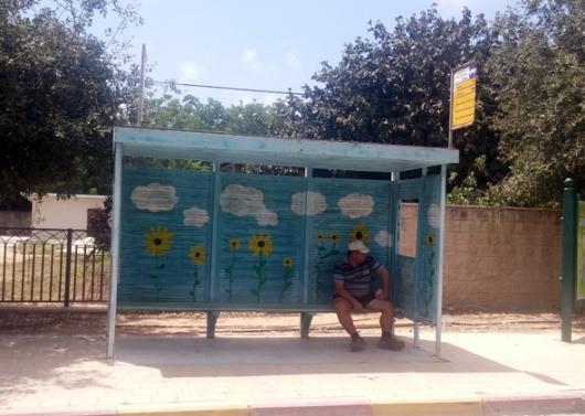 תחנת אוטובוס פרחונית בבנימינה