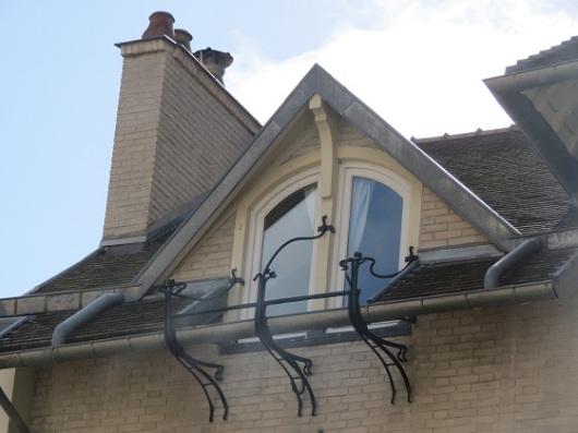 שלוש דמויות רוקדות' מתחת לגג שלHôtel Deron-Levent