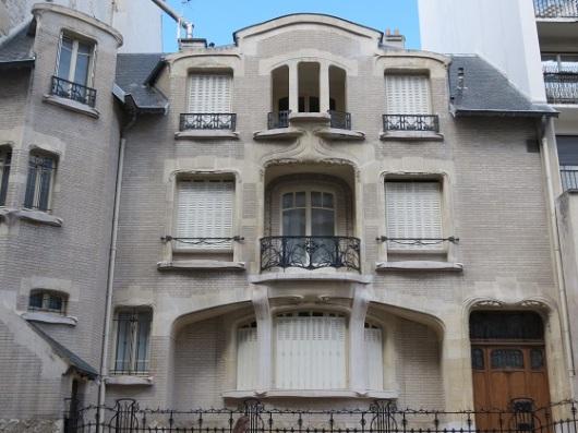 במקור תוכננו חלונות רבים בחזית על מנת להכניס אור. כעת הכול סגור ב-Hôtel Mezzara