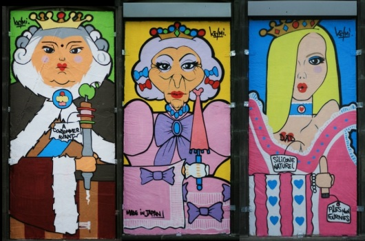 את הדמויות המשעשעות הללו צייר קמי ב-2012 ב-Hôtel Dieu les reines. כל דמות היא בגובה 3 מטרים וברוחב 1.35 מטר