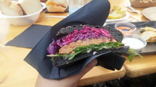 המבורגר דגים בלחמנייה שחורה. אחת המנות הכי טעימות ומשביעות שאכלתי בסלובניה