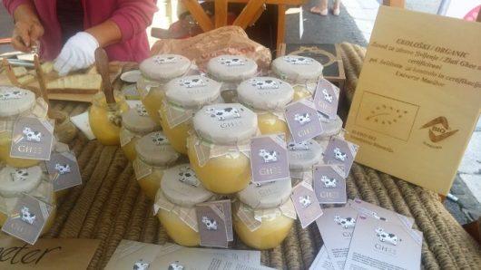צנצנות חמאה מזוקקת בשוק של לובליאנה. הזהב הנוזלי במחירים שפויים