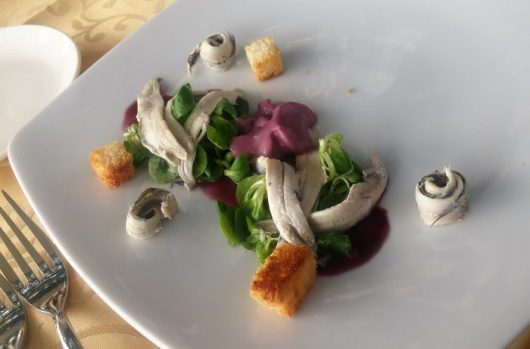 סרדינים, הצעת הגשה. מסעדת ריזי ביזי בפורטו רוש, על הגבול עם איטליה