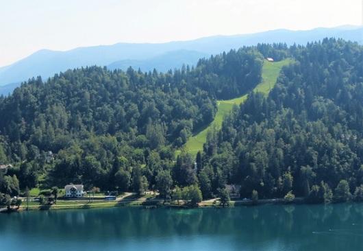 מומלץ לגלוש בטיול המנטאלי לא פחות מאשר בטיול הפיזי. בתמונה: המסלול הירוק מעל אגם בלד, סלובניה