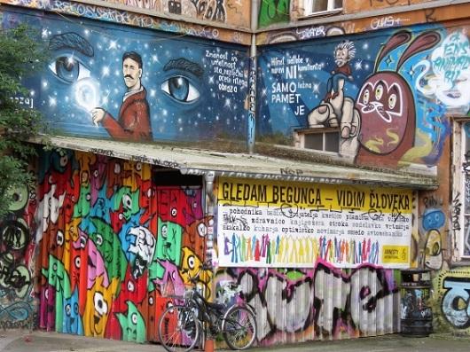 """כמו שכונת כריסטיאניה שבקופנהגן: כאן מאמינים במוטו """"חיה ותן לחיות"""". גרפיטי במיטלקובה / צילום: גלית חתן"""