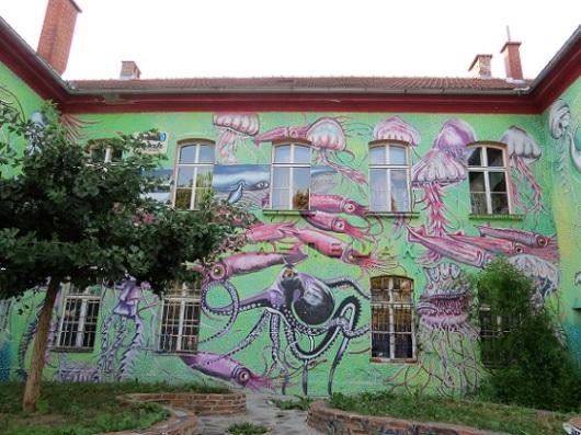 המחנה הצבאי לשעבר הפך לשכונה אנרכיסטית. בניין מצויר במיטלקובה, לובליאנה, סלובניה