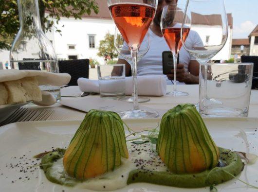 """פרחי קישואים ממולאים במסעדת """"נה גרדו"""" בלובליאנה"""