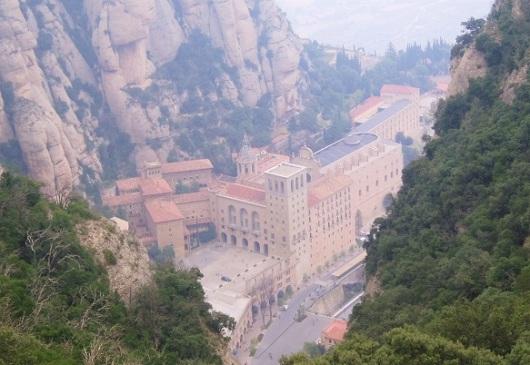 טיול מנטלי אל הרגע שבו נאלצתי לצעוק חזק. מבט מלמעלה על מנזר מונסראט, ספרד