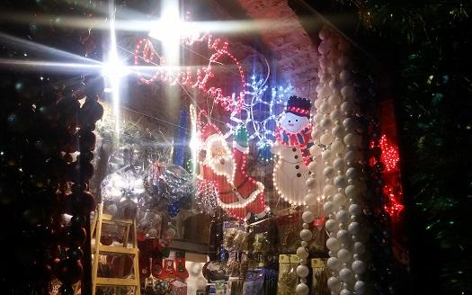 אז מה אם זה לא החג שלנו. חנות ברובע הנוצרי בעיר העתיקה בירושלים