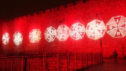כדי לא לקפח את היהודים: על חומת העיר העתיקה, בסמוך לשער יפו, מוקרן מופע תאורה לחנוכה, המלווה במוזיקת החג