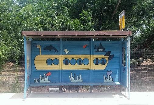תחנת אוטובוס מצוירת בבנימינה / צילום: גלית חתן