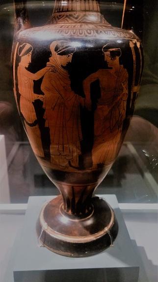 לוטרופורוס (קנקן למים) עם סצנת נישואים מהתקופה הקלאסית ביוון, יוצר בין השנים 440-450 לפני הספירה. לוטרופורוס הוא כלי עם קווי מתאר סגלגלים, צוואר מאורך ושתי ידיות. כלים מסוג זה שימשו לנשיאת מים מהמעיין המקודש בקלירואה לטקס רחצת הכלה ערב נישואיה. ייתכן שהציור על הקנקן הזה בא לתאר סצנה מליל הכלולות – נשיאת הכלה מביתה על ידי החתן (נוהג שנשמר בדרך כזו או אחרת בעולם המערבי) / צילום: גלית חתן