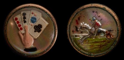"""במאה ה-18 ציווה פרידריך הגדול, מלך פרוסיה, לתפור כפתורים על שרוולי המקטורן של עוזריו ומשרתיו, כדי לאלץ אותם לזנוח את הנוהג לקנח את אפם בשרוולי בגדיהם. כפתורים מתוך התערוכה """"להזהיב את החבצלת"""""""