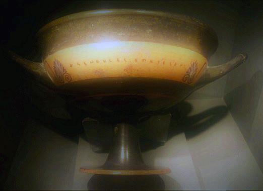 """קיליקס (קערה לשתיית מים) מאתונה, יוצר בין השנים 540-550 לפני הספירה. על הכלי מופיע חתימת הקדר """"קסנוקלס עשה אותי"""", ואתם חייבים להודות שזו דרך מצוינת להשאיר חותם בעולם. עד כה התגלו כ-20 כלים עם חתימה כזו / צילום: גלית חתן"""