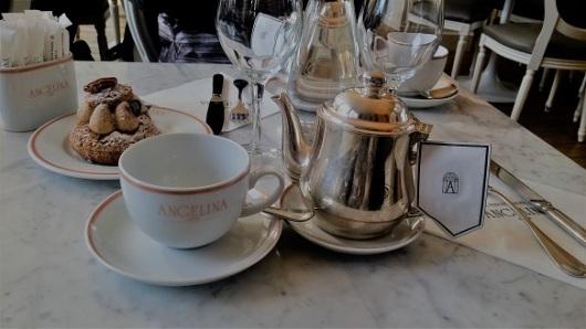 תה של מנחה באנג'לינה: קינוחים מצוינים, וקנקנים שופעי אלגנטיות / צילום: גלית חתן